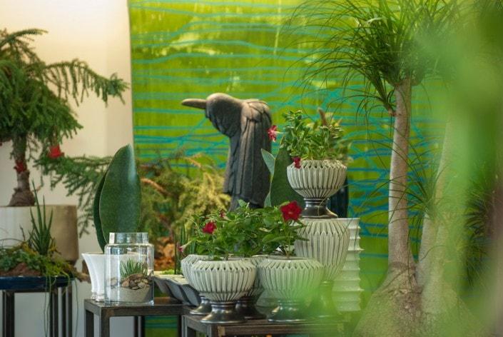 Medinė varno skulptūra Ritos gėlių salone