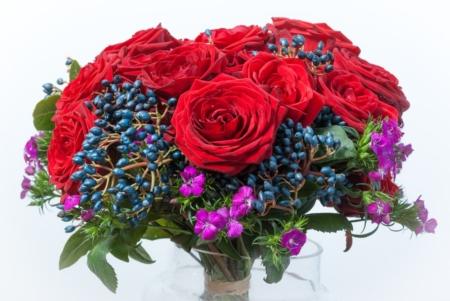 Raudonų rožių puokštė iš arti