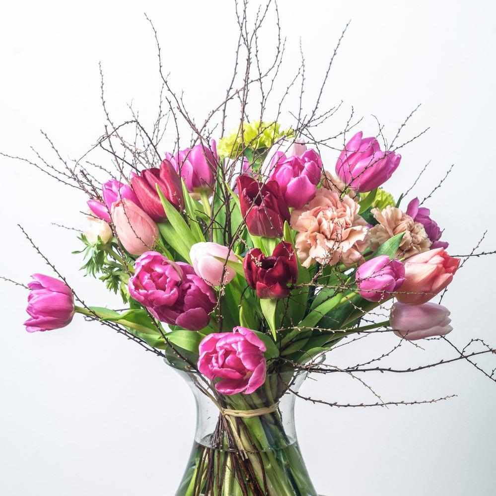 Tulpių puokštė vazoje
