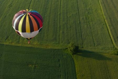 Karšto oro balionas virš pievos