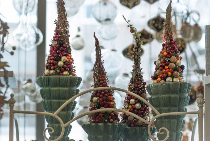 Rankų darbo kalėdinės eglutės vazose