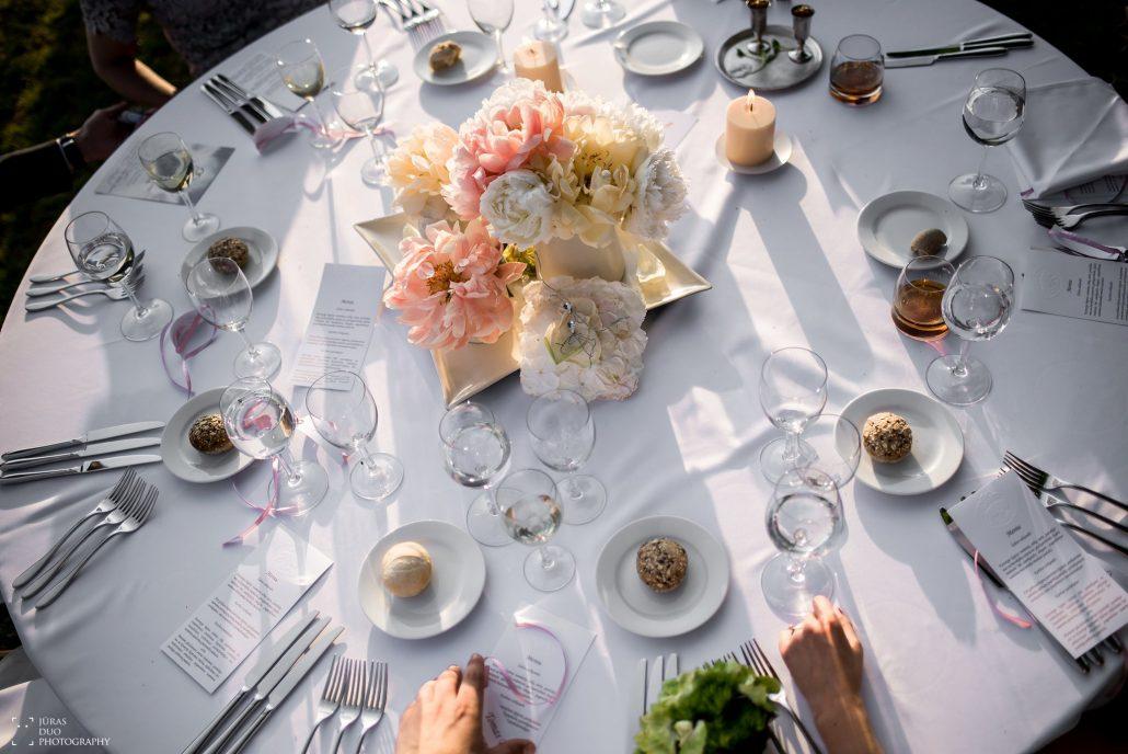 Vestuvių pokylio stalas dekoruotas gėlėmis