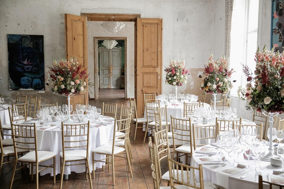 Vestuvių pokylio salės stalai dekoruoti Ritos gėlių kompozicijomis