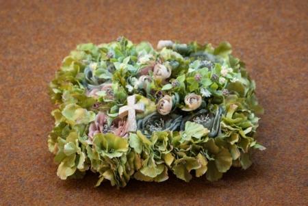 Rusvos spalvos dirbtinių gėlių pagalvėlė
