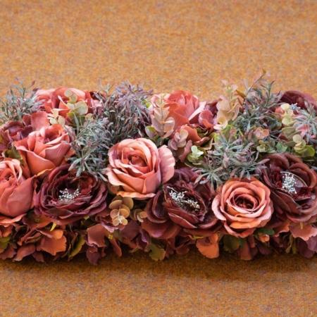 Bordo spalvos dirbtinių gėlių puokštė kapo papuošimui