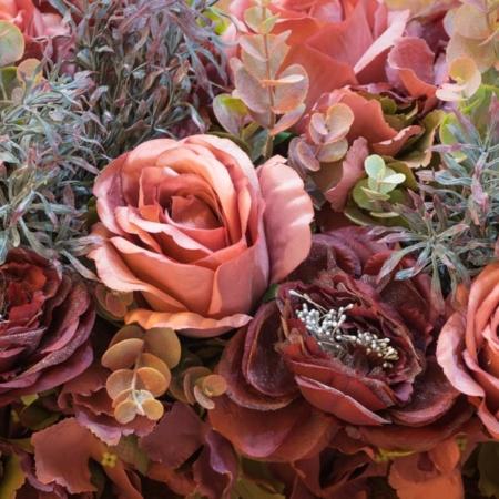 Bordo spalvos dirbtinių gėlių puokštė (iš arti)