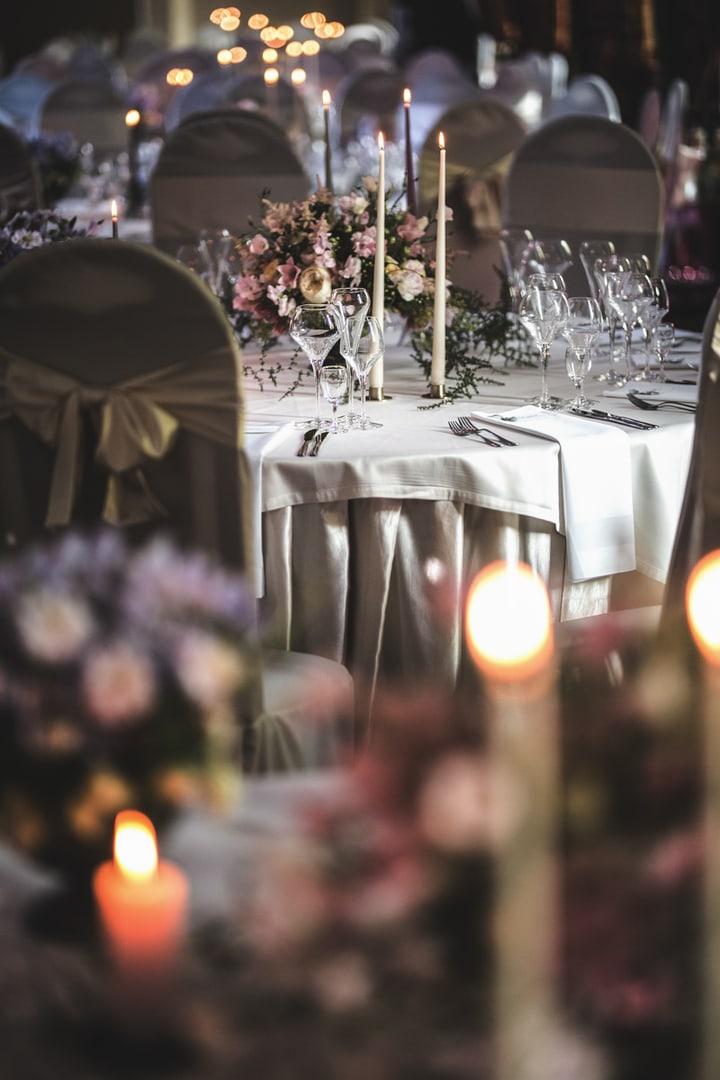 Vestuvių stalo dekoras gėlėmis
